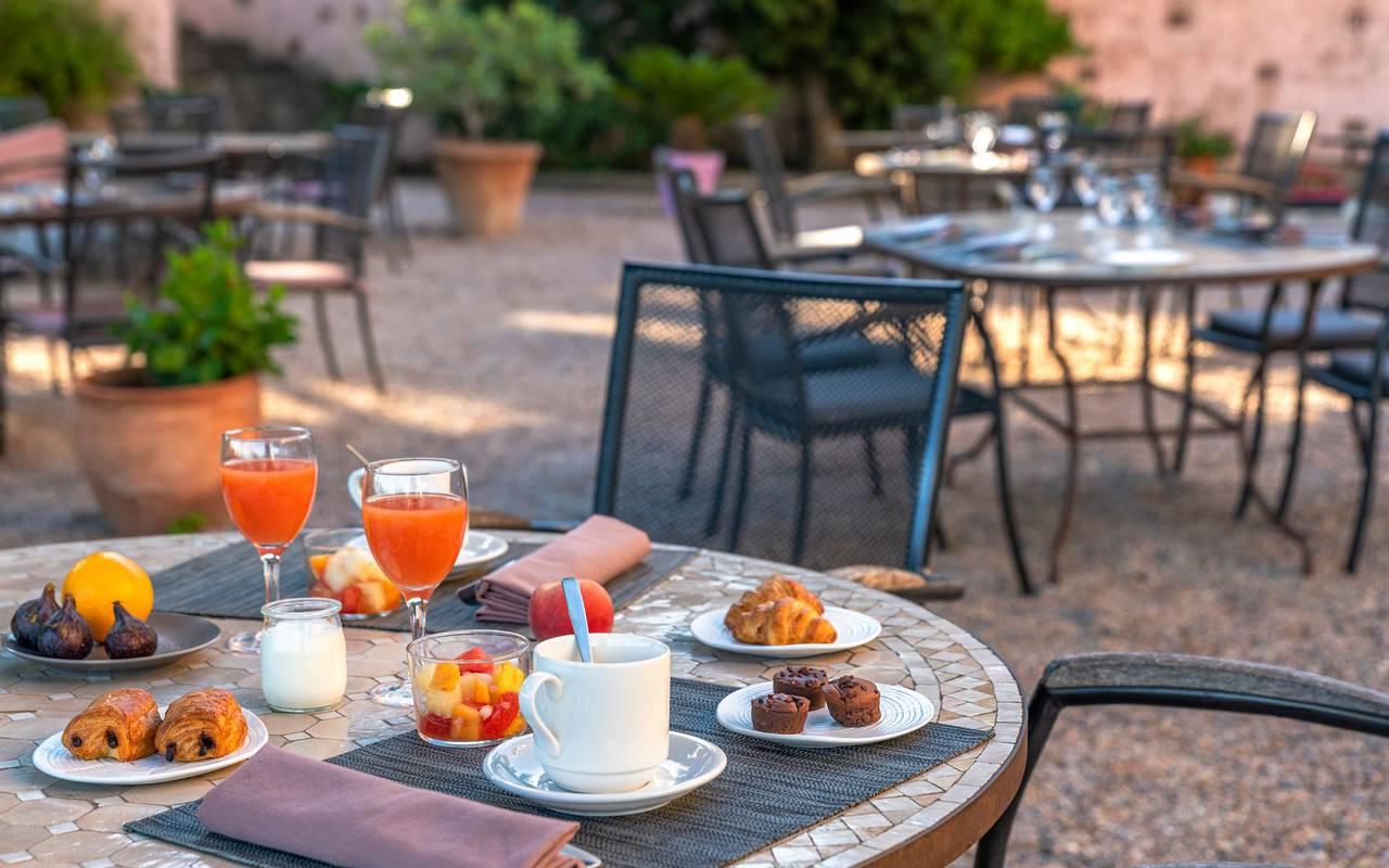 Breakfast on the terrace - hotel perpignan