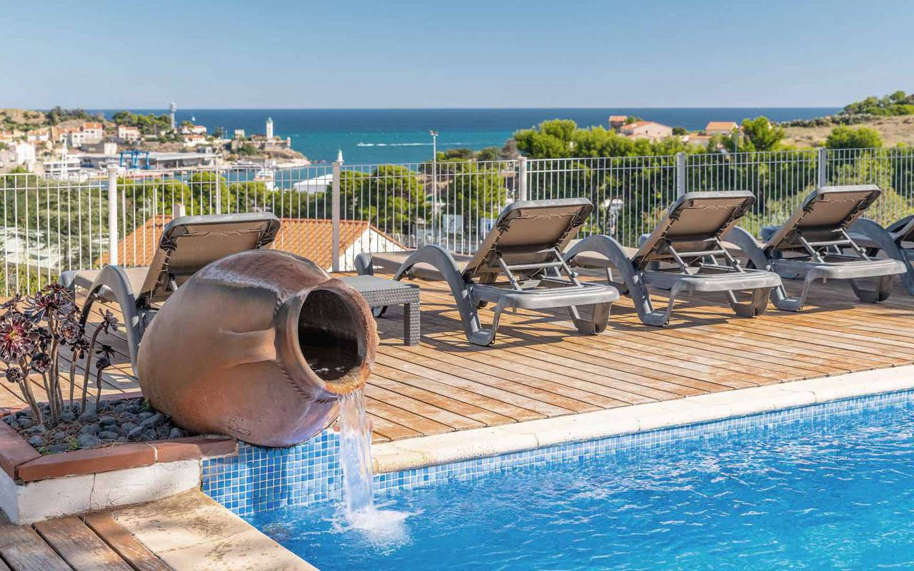 View on the swimming pool and terracota pot - hotel cote vermeille
