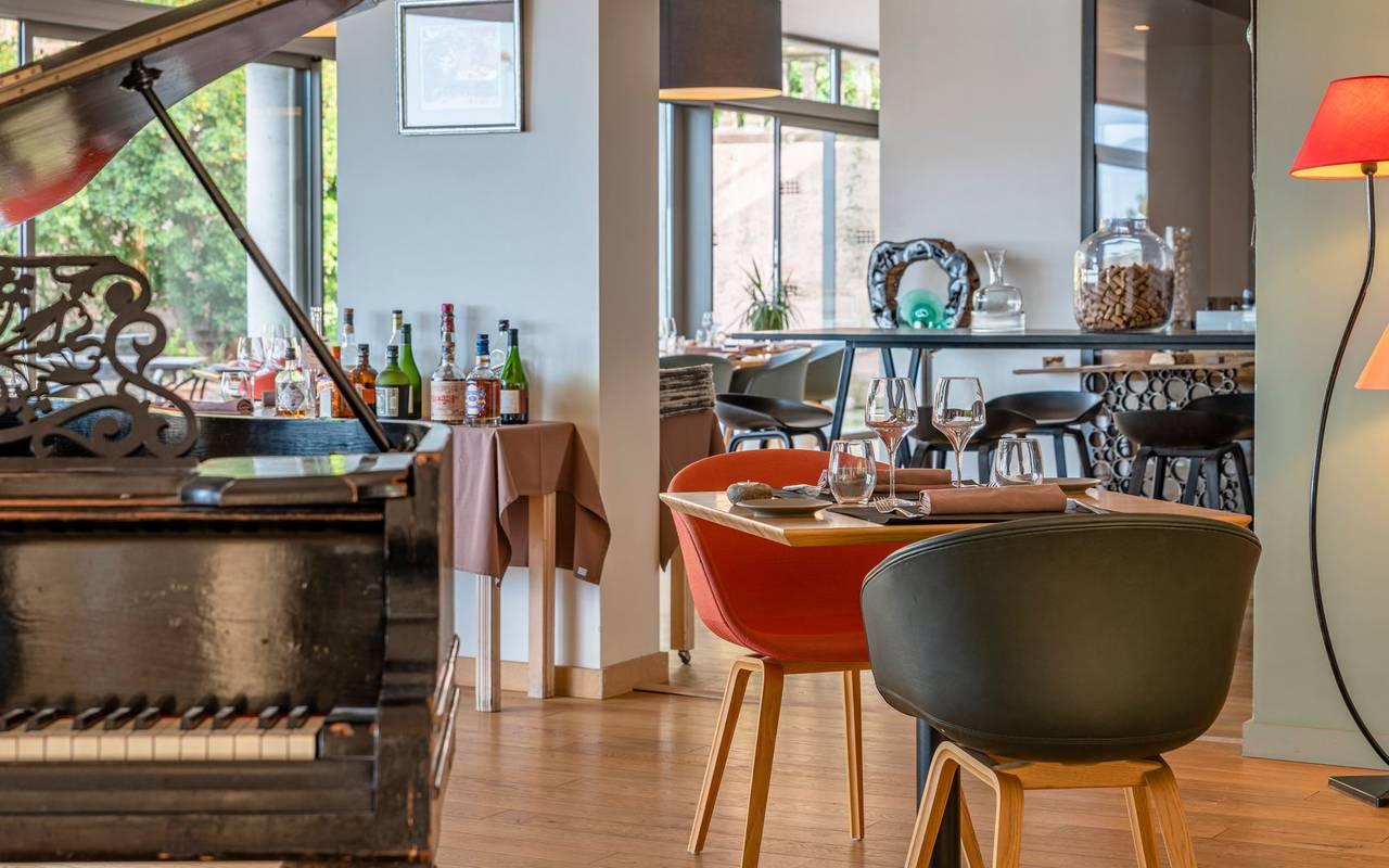 table dressée et piano - restaurant port vendres
