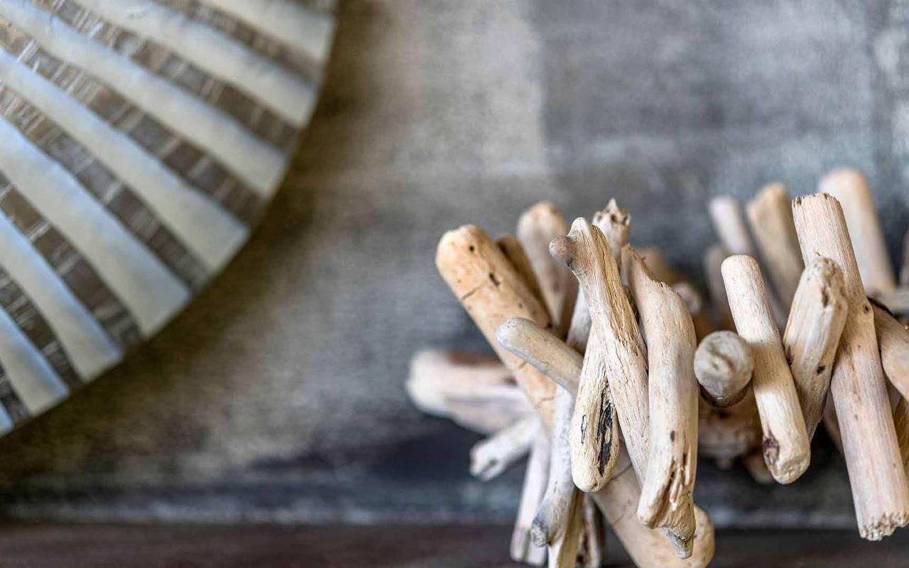 bois flotté sur une table - hotel restaurant port vendres