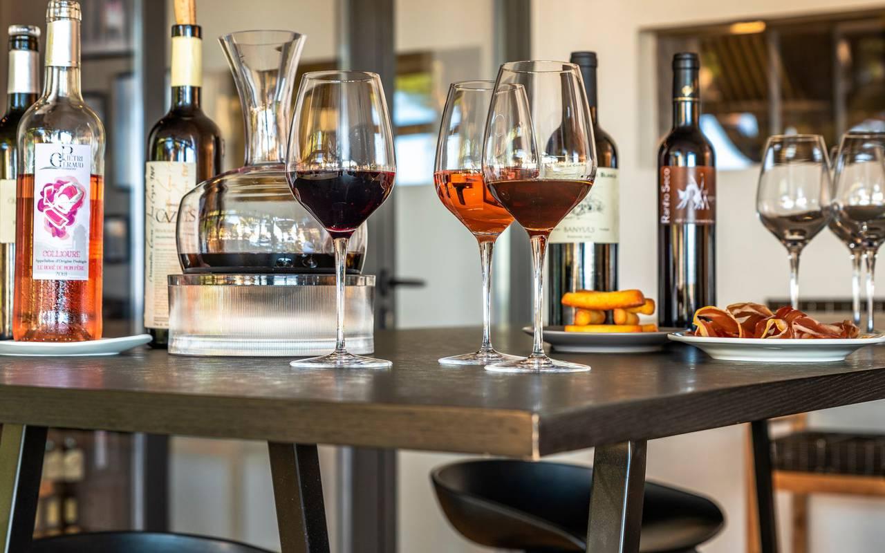 Bouteilles et verres de vin et apéritif - hotel luxe port vendres