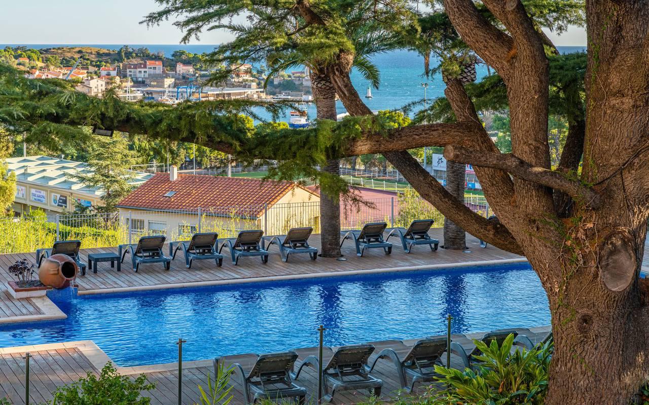 Vue sur la piscine et la mer - hotel port vendres