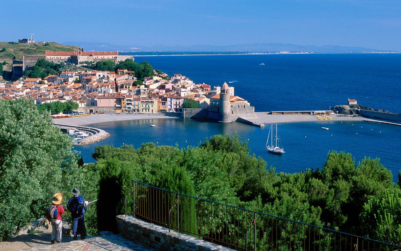 vue sur la ville de collioure - actvité port vendres
