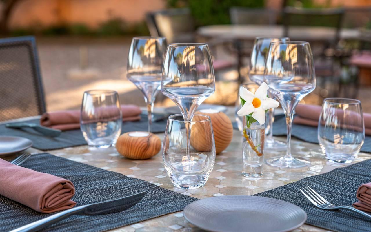 Table dressée sur la terrasse - port vendres hotel